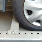 駐車場の車止めにタイヤを当てっぱなしにすると、タイヤが変形するって本当?