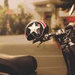 バイクのヘルメット、正しい置き方とは?