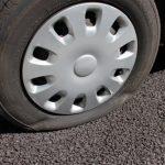 高速道路でパンク!自分でタイヤ交換してはいけない理由とは?