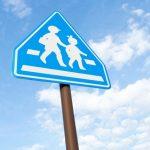 横断歩道の標識とルールを覚えていますか?歩行者がいるのに止まらないと横断歩行者等妨害に問われます